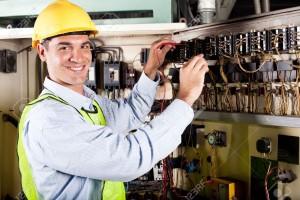 12431712-electricista-hombre-feliz-trabajando-en-maquinaria-industrial-Foto-de-archivo